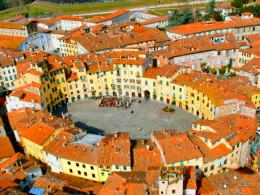 The perfect ellipse of Piazza  Anfiteatro in Lucca