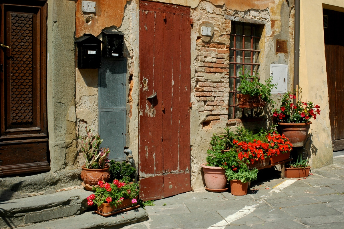 The doors in the village of Lar