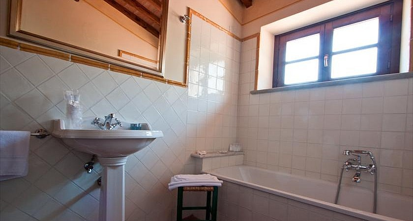 Bathroom with tub in a small Tuscan boutique hotel