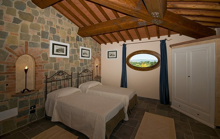Rustic and elegant bedrooms for your stay in the Tuscan hil