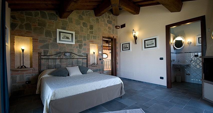 Bedrooms with en-suite bathroom in Tuscan villa for 8