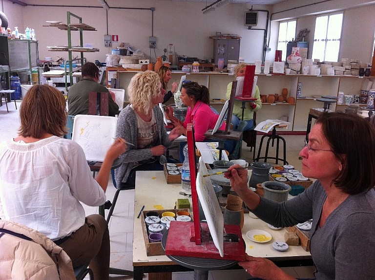 A group activity around ceramic plates in Tuscany