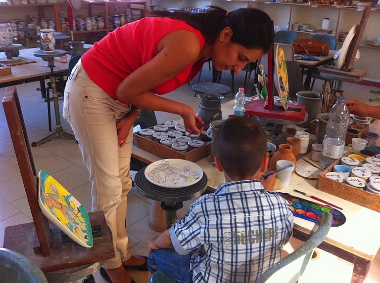 Children activity in Tuscany: a class of ceramic plate painting
