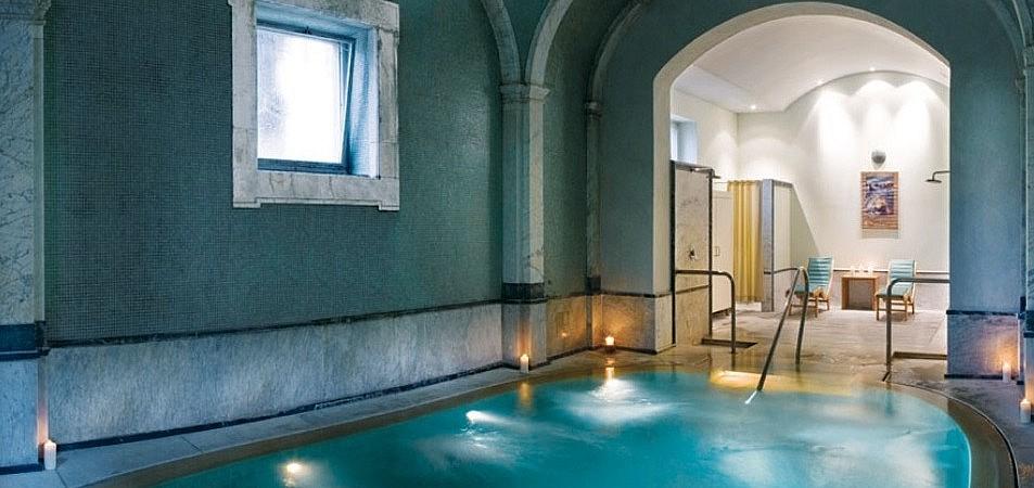 Hot internal pools in a luxury hotel near Pisa