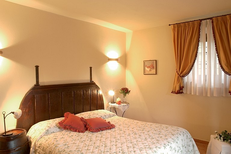 Rustic style bedrooms in Tuscan agriturismo near Volterra