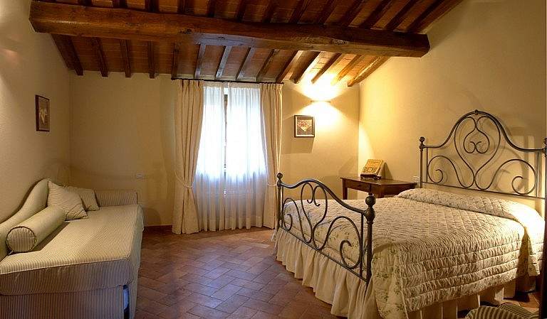 Bedroom for 3 people in charming agriturismo in Volterra