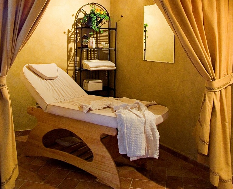 Massage lounge in a Tuscan agriturismo in Volterra