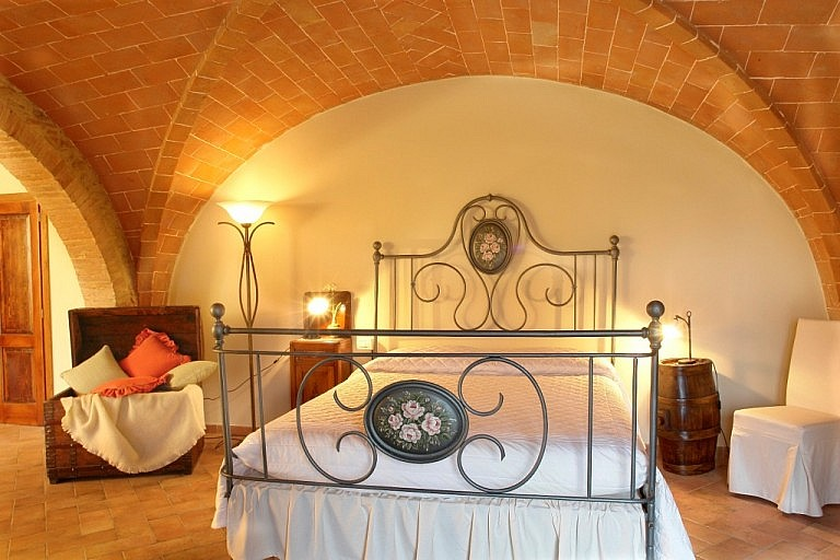 Suite in a typical Tuscan house with terracotta-tiled vaults