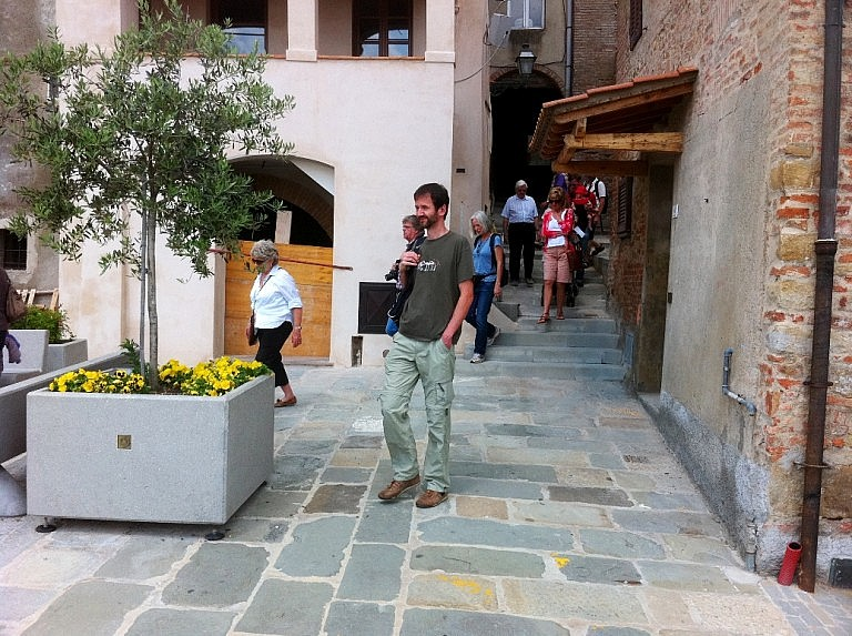 Small group guided walking tour in Peccioli