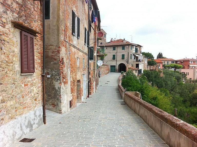 A lane along the perimetral walls of Peccioli