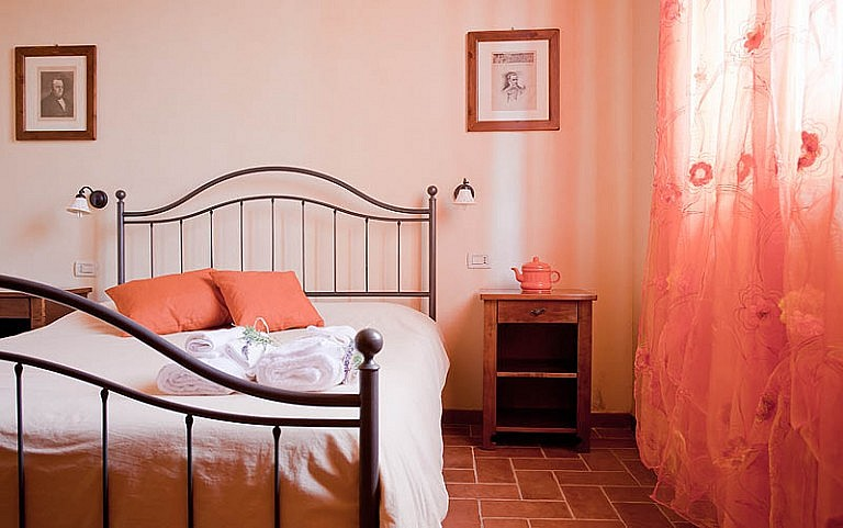 Romantic double bedroom in Tuscan agriturismo