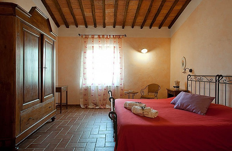 Bedroom with Tuscan furniture in agriturismo