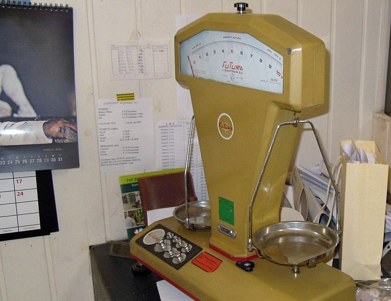 Scale for weighing gold and silver