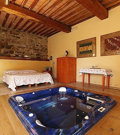Suite with Jacuzzi on an organic farm in central Tuscany