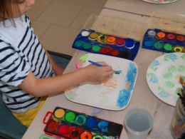 Ceramic decoration classes for children in Tuscany