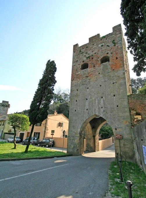 Tower of the city walls of Vicopisano