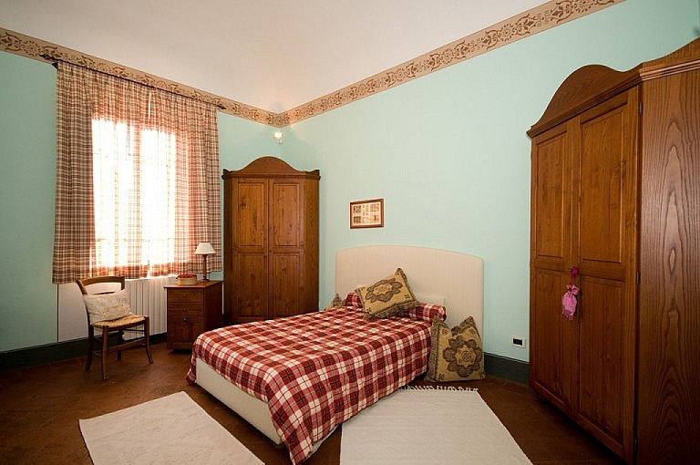 Elegant bedroom in Tuscan detached house in small village
