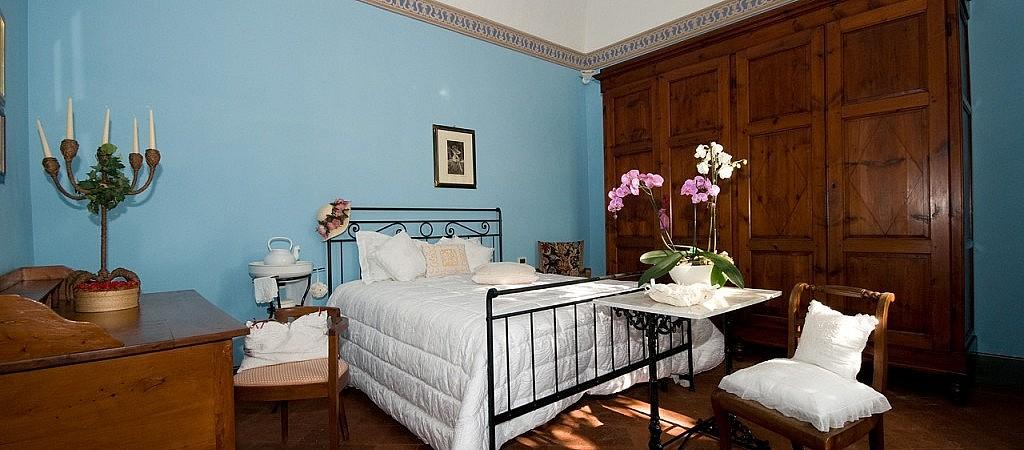 Double bedroom in Tuscan detached villa