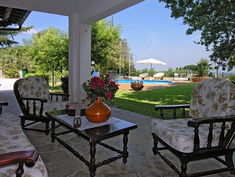 Inexpensive villa with veranda and pool on the hills of Lari