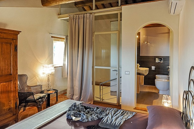 Very cozy bedroom with bathroom ensuite and stunnin view over the ountryside of Peccioli