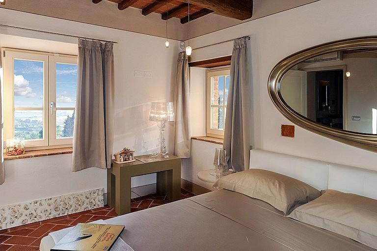 Panoramic stylish bedroom in the Valdera area