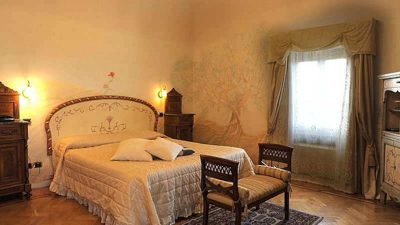 Relaxation and comfort in elegantly frescoed rooms