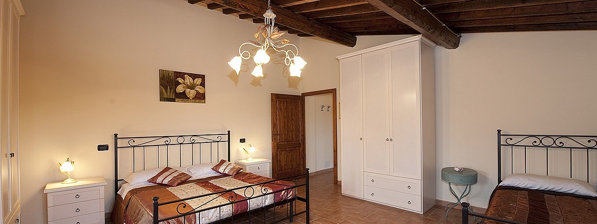 Triple bedroom in large apartment for 8 people in Tuscan chalet
