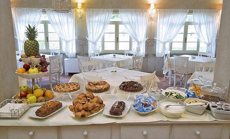 Breakfast room in a charming hotel in Monteverdi