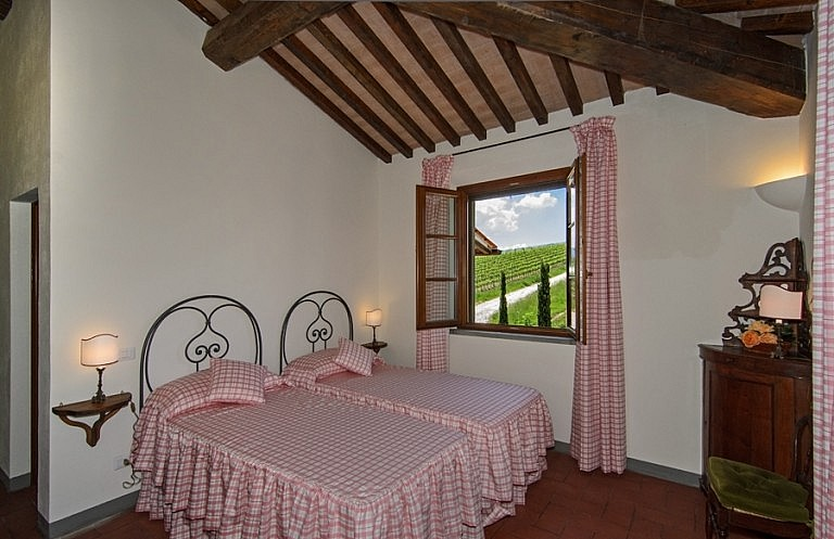 Twin bedroom with view over vineyards