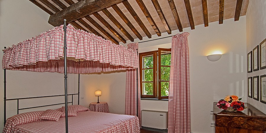 Tester bed in Tuscan country cottage