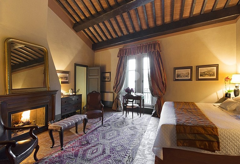 Junior suite with fireplace in Tuscan noble residence