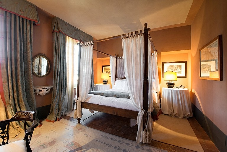 Elegant canopy bed in boutique hotel near Pisa