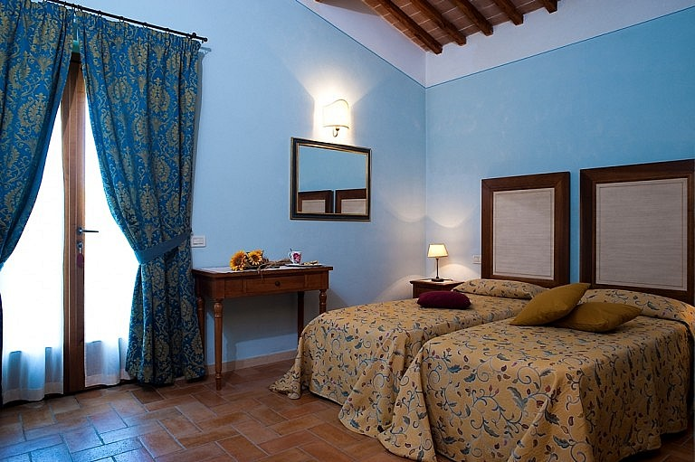 Twin bedroom with access to garden in Tuscan holiday residence