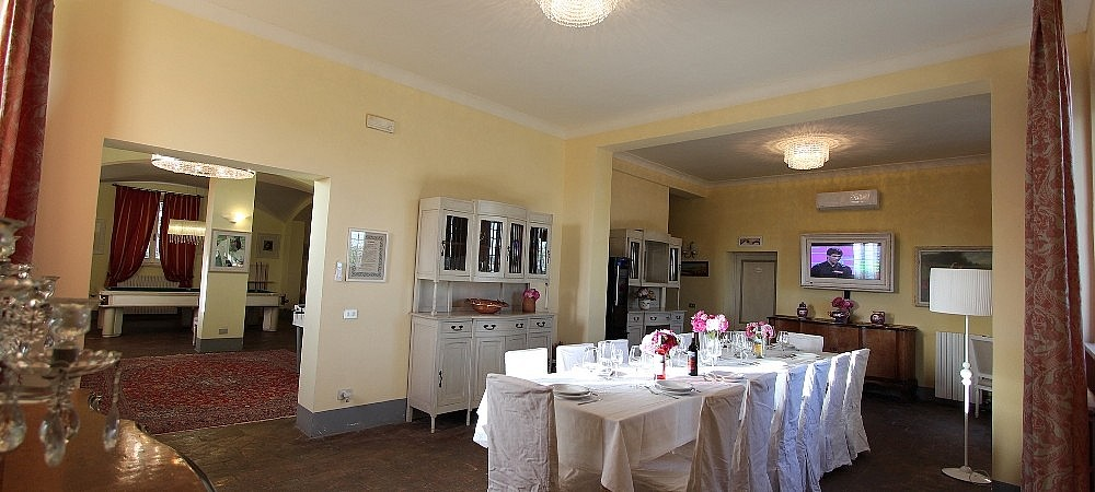 Large dining room for 18 people in Tuscan villa