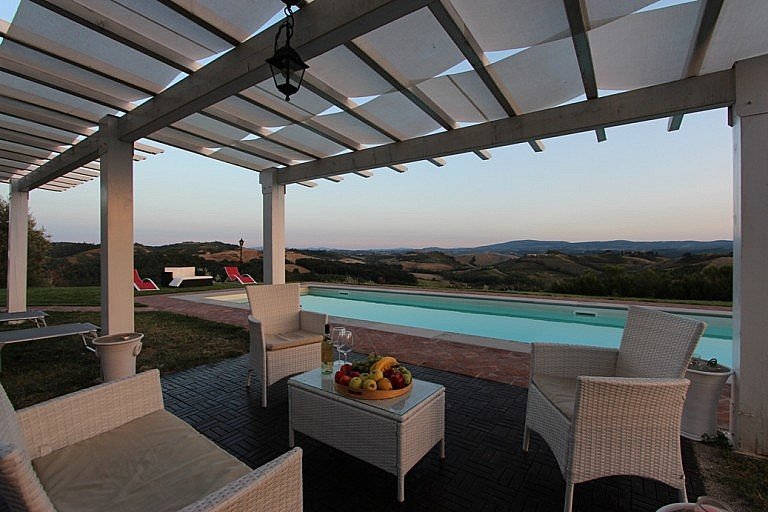 Pool side sheltered sitting area with spectactular Tuscan view