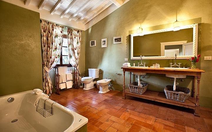 Elegant bathroom with bathub in B&B near Florence