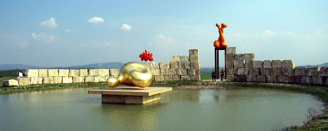 The pond and contemporary art at Teatro del Silenzio