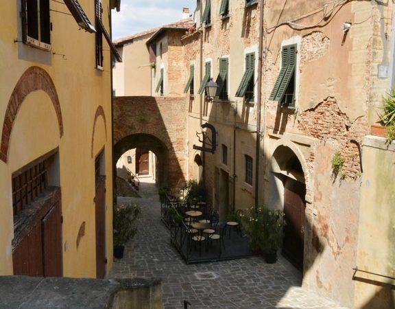 A narrow lane of Lari