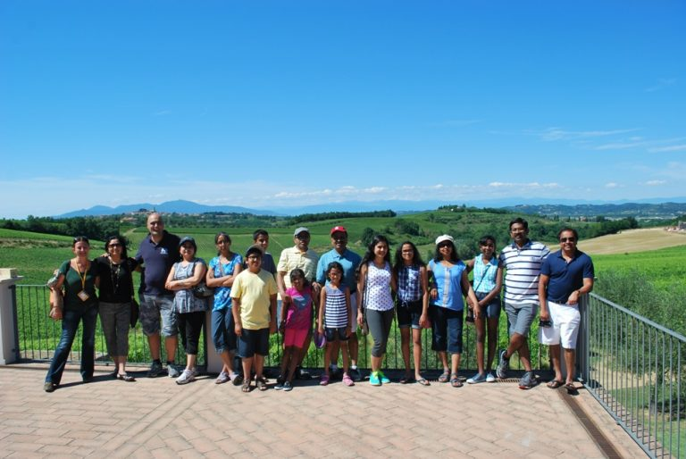 Group picture in front the vineyards
