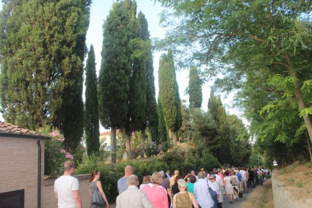 A line of people waiting to enter Teatro del Silenzio