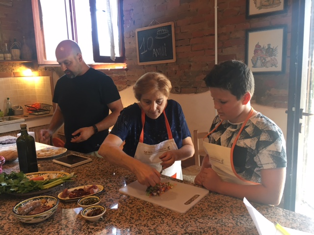 Private cooking class with kids in Tuscany