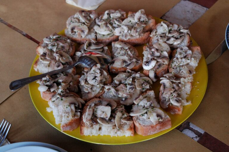 Crostini with hot and cold mushrooms